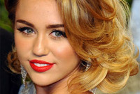 Miley-cyrus-hair-and-vintage-makeup-for-warm-skin-side